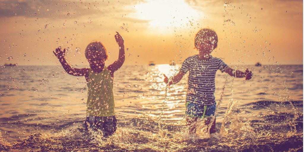 children-in-the-sea-focus-on-drops-picture-id524378706